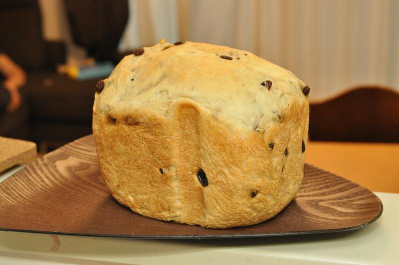 約5時間ほどでパンが焼け上がる。パンケースから出してちょっと休ませる