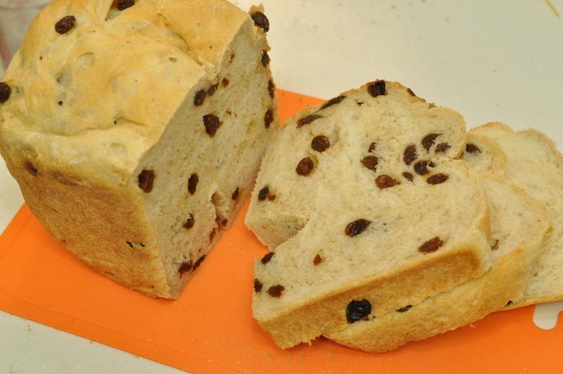 パンをカット。2斤に対してレーズン150gなので少ないかと思ったが見栄えとしても十分だ
