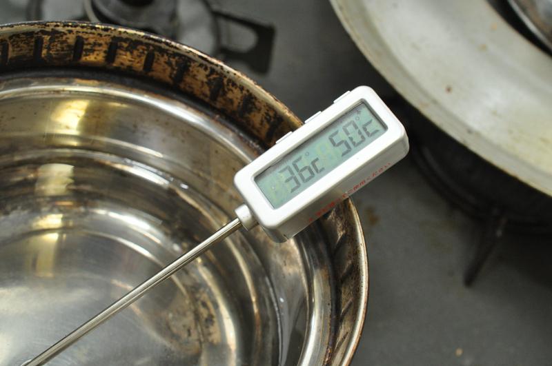 ぬるま湯を準備する。イーストを溶く分と、パンケースにセットする分が必要なので、300cc以上は沸かしておく。温度は水を加えて調整すると早い
