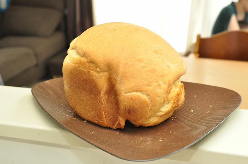 できあがった80分パン。膨らみは少ないが、ちゃんとパンの色をしている