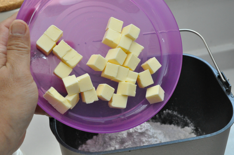 食感がケーキ風というのはベーキングパウダーを使う点に加えて、このバターの量。70gほど投入する