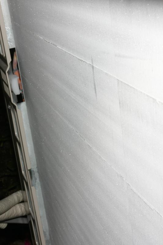 いつもは写真左のようなアルミ板が幾重にも重なった室外機。暖房運転を続けると写真右のようにビッシリ霜が付く。写真は筆者の住む横浜市で1月に撮ったもの。寒い地方じゃなくても、こうなるのだ