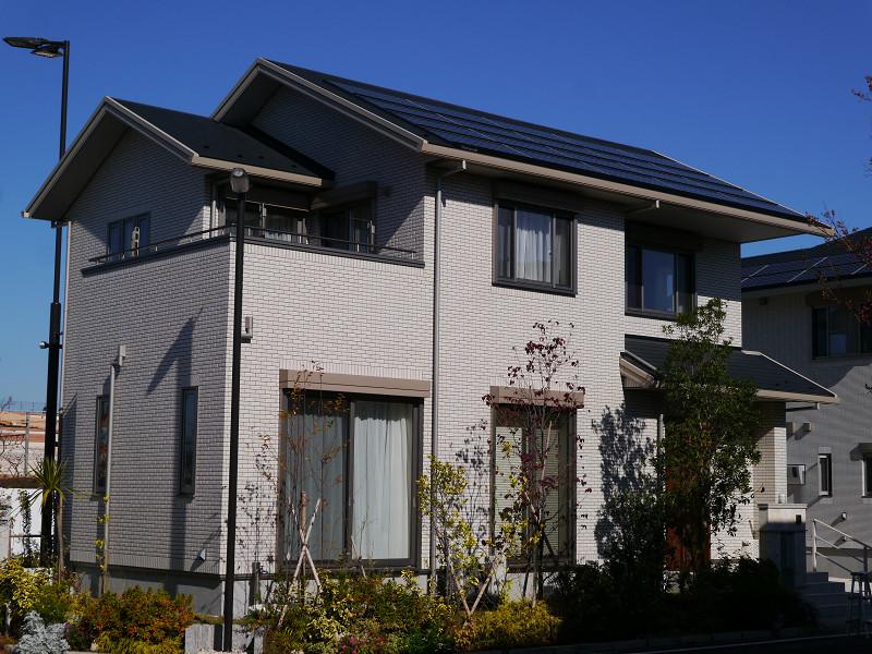 屋根には太陽光発電パネルが乗っている