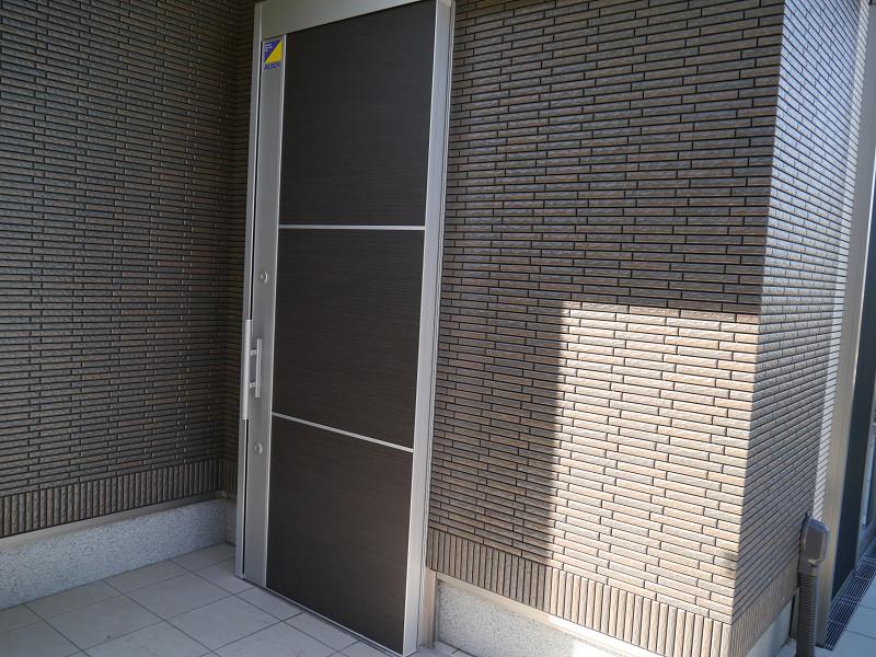 扉は横開き。半自動ドア機能を採用している