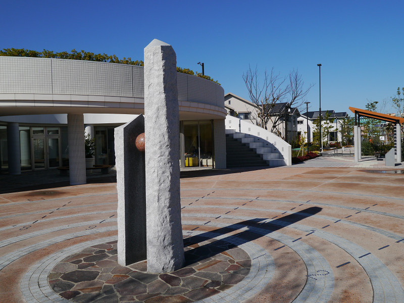 コミッティセンターの前にある柱は日時計となっている
