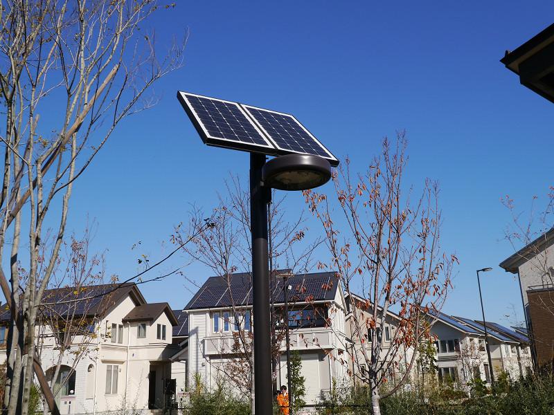 ソーラーで稼働する街路灯