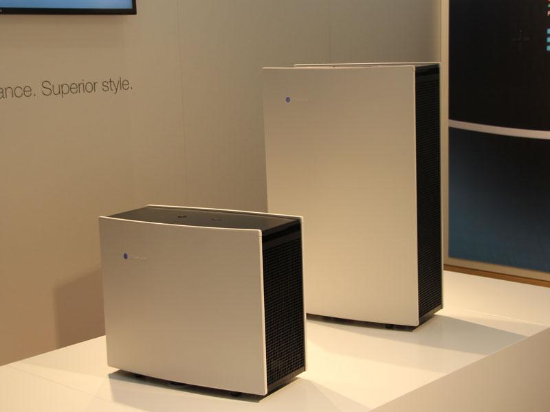 9月のIFAで発表したより高性能な「Blueair PRO」。写真手前から、M、Lサイズ
