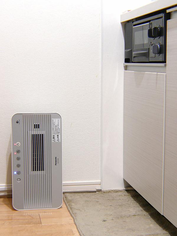 キッチンで使用している様子。温風式なので、衣服が多少触れても大丈夫だ