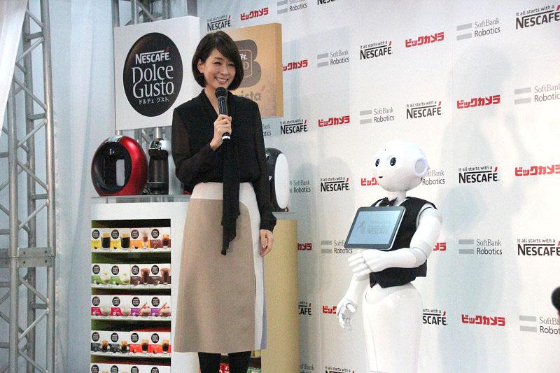 衣装にコーヒーをイメージした内田さんと、バリスタの装いのPepper