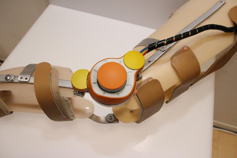小型の「Raplus」。膝の曲がり具合に応じた力で補助する