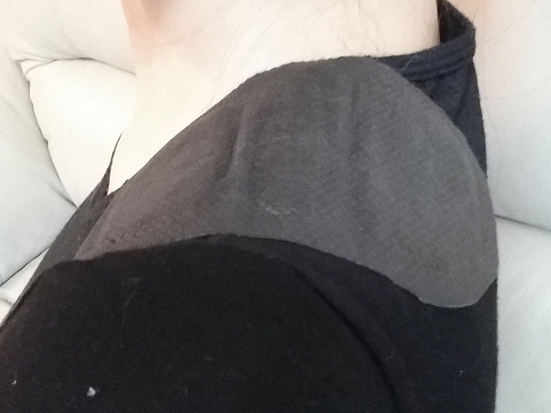 後ろの肩にも貼り付ける。ぴったりフィットした