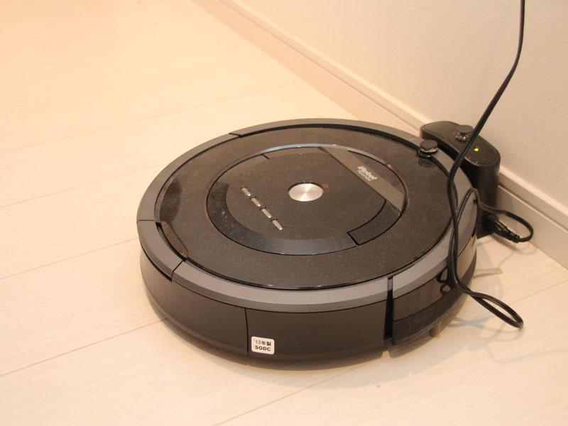 自宅で使っているルンバ880。充電スタンドで充電している状態