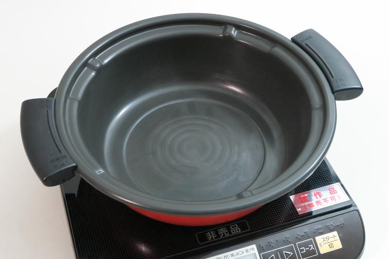 付属の鍋。内側はフッ素樹脂加工のため、焼き料理にも使える