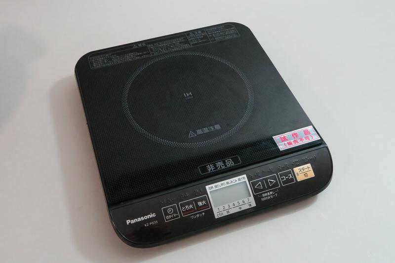 IH調理器本体。ほぼ正方形のコンロ部の前にパネル部がくっついたようなフォルムだ