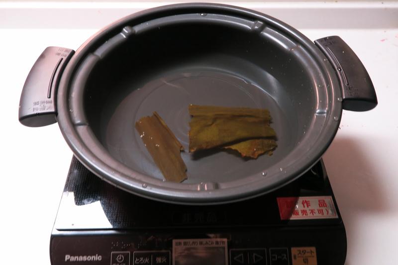 付属の鍋に水を張り、昆布を投入する