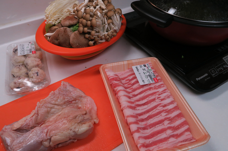 だしを作っている間に、他の食材の準備を行なう