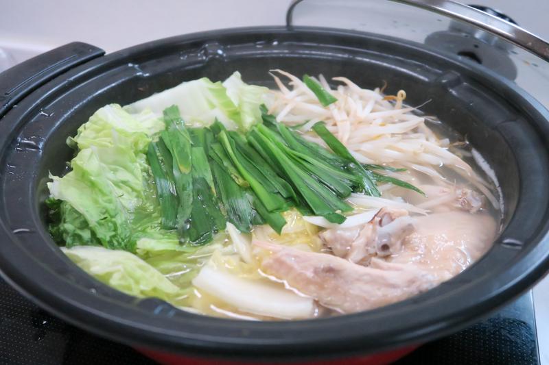白菜やもやし、ニラなどを投入して水炊き風に楽しんだ