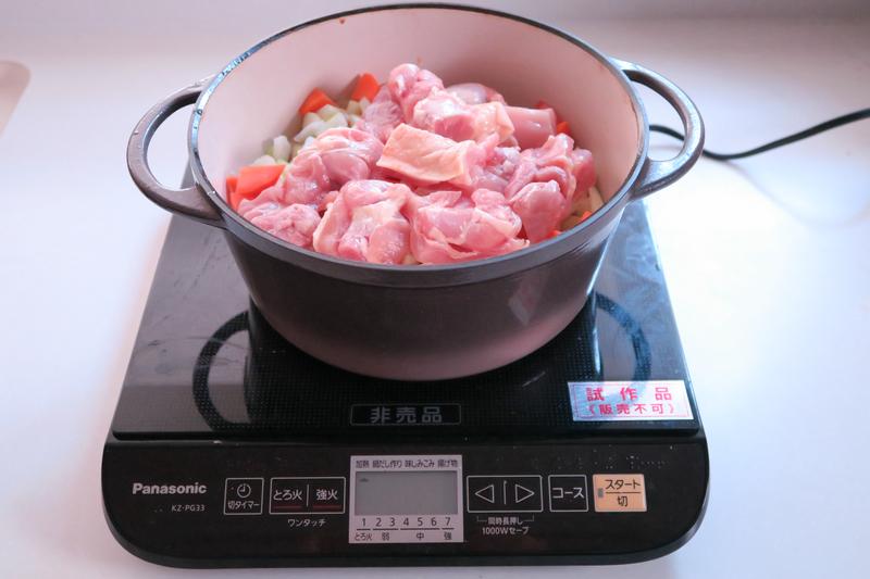 タマネギ、トマト、セロリと鶏肉を入れて加熱をスタート。沸騰したらふたをして弱火にする