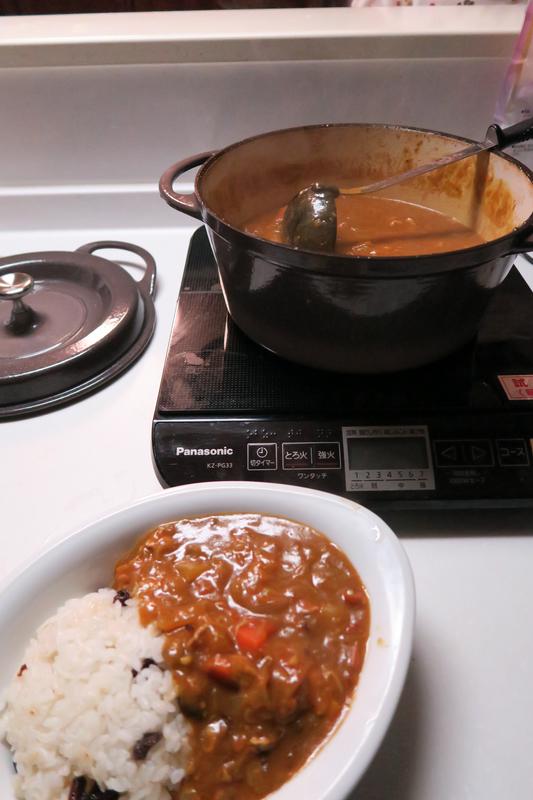 絶品の無水カレーが完成。IH調理器と鉄製の鋳物ホーロー鍋は特に相性がいいと感じた