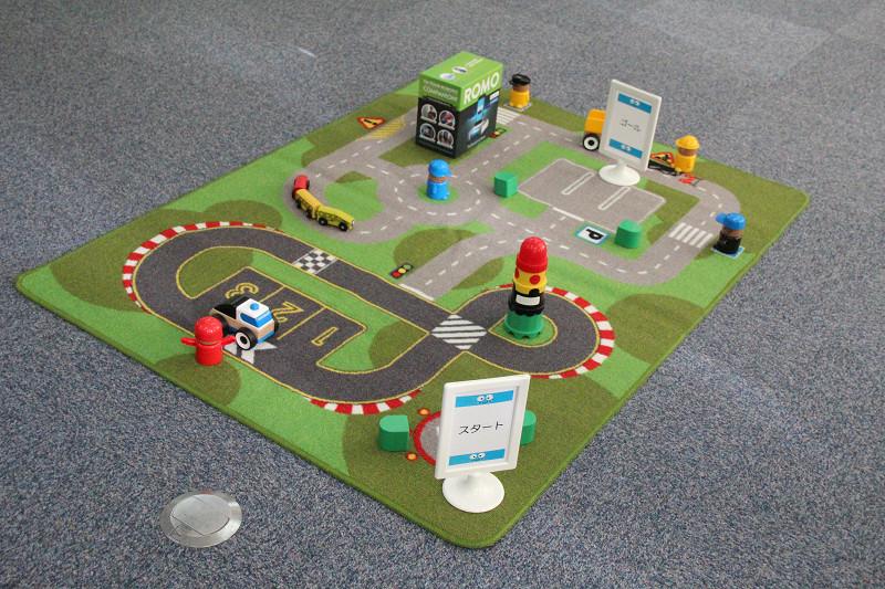 ゲームでは教室に置かれた障害物を避けてRomoを動かす