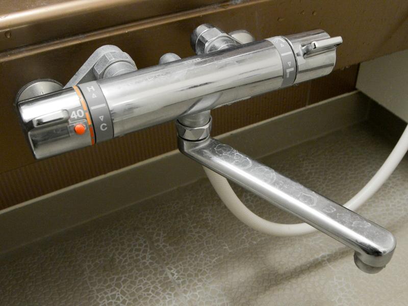 ステンレス製の水洗が、水垢などの汚れで輝きを失っている