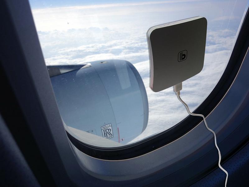 飛行機の機内やアウトドアで、太陽光を利用して本体を充電できる