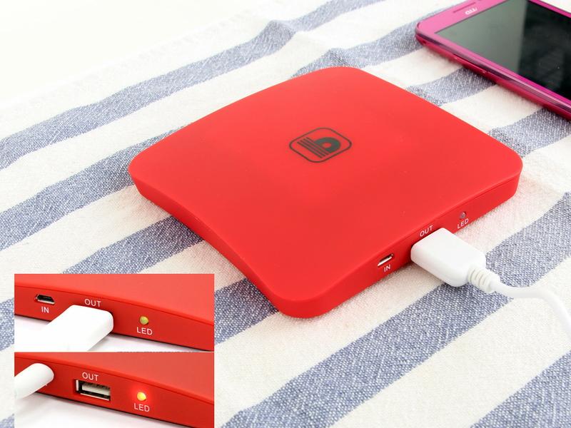 付属のUSBケーブルでスマートフォンやタブレットを充電できる