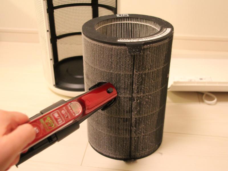 掃除機で表面のホコリを除去する
