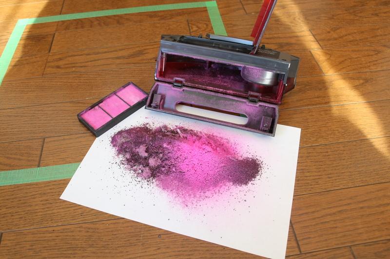 左上に写っているのがフィルター。ピンクのパウダー状のゴミがビッシリ濾し取れている。裏はほぼ真っ白で、他の掃除機とはまったく異なる結果になった