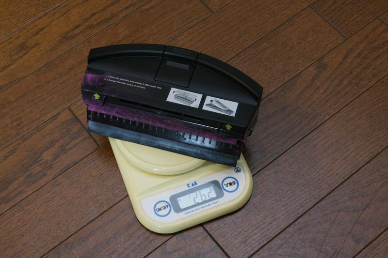 空のダストボックスと、掃除を終えたダストボックスの重さを量り、どれだけゴミが吸い込めたかを調べる