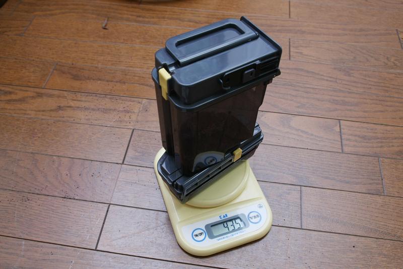 トルネオロボの場合は、充電台に合体すると本体のゴミは充電台のダストボックスに吸い込まれるため、両方のダストボックスの合計値を測った。下段が本体、上段が充電台のもの
