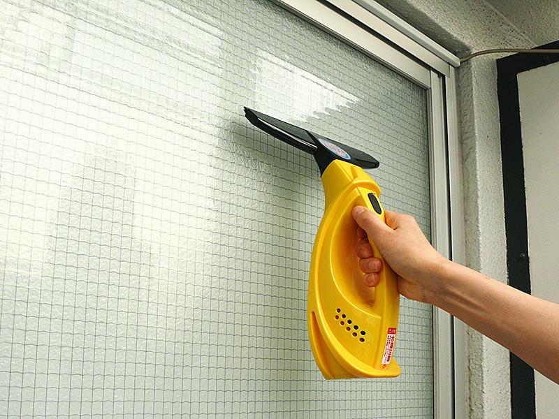 洗浄液が乾かないうちに、上から下に向かってウインドウバキュームクリーナーを滑らせるだけ。汚水がまったく飛び散らない