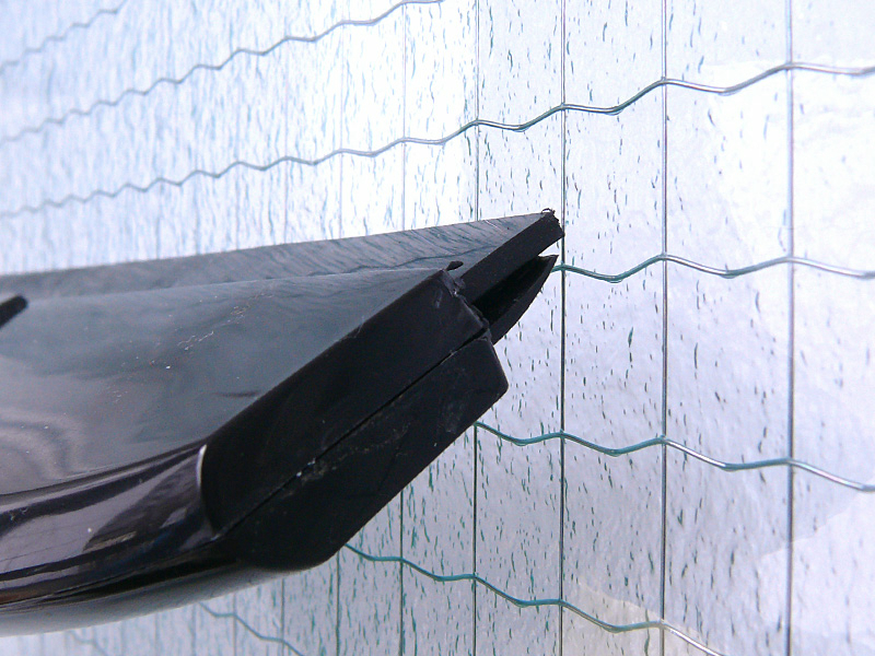 本体を自然に持つだけで、ワイパーが窓に対して理想的な角度で当たる。多少凸凹のある窓でもキレイになった
