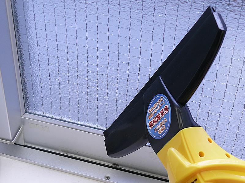 汚水の液だれで室内を汚さずに、雑巾よりも手軽に結露が取れる。多少凸凹のある窓でもかなり効果があった