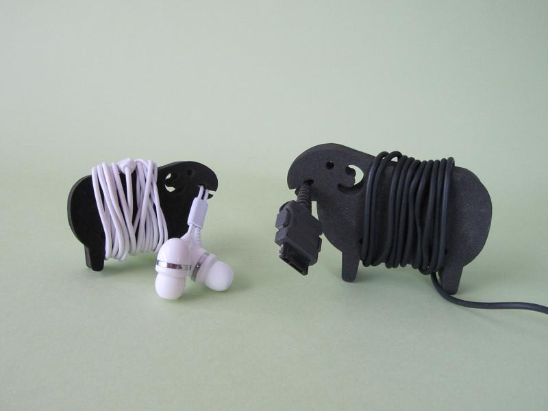 親子で共演です。大きいほうの羊は携帯電話やスマホの充電ケーブル用に、小さい羊はイヤホンなどに