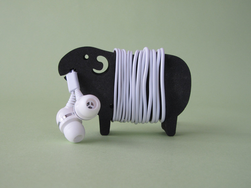 どうでしょう? ケーブルをきっちりとそろえて巻いてみました。羊毛をまとうと、羊に表情がついて、なんとなく楽しいですね