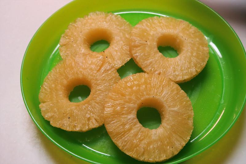 できあがったドライパイナップル。市販品とは異なり中はまだまだジューシー。甘みが凝縮されるのが面白い