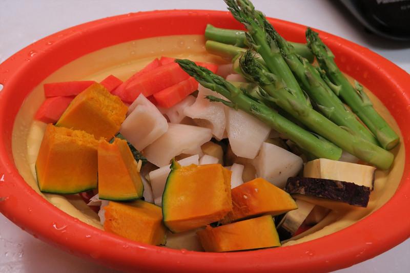 たっぷりと切った根菜やアスパラ。塩こしょうをして、軽く油と和える。オイルスプレーがあると便利