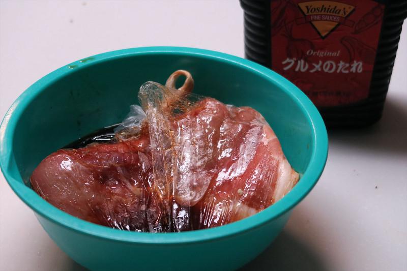 豚の肩ロース肉があったので、吉田のグルメたれにしばらく漬けておく