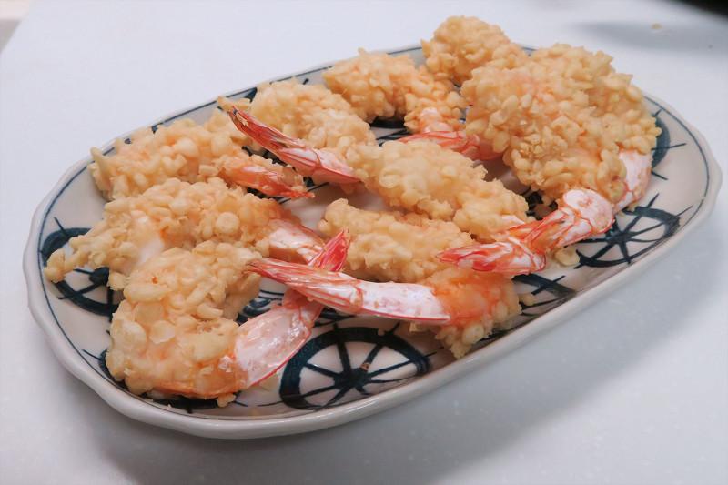 できあがった天ぷらは香ばしく、立ち食いそばなどの衣が大きめで、かための天ぷらに近い食感