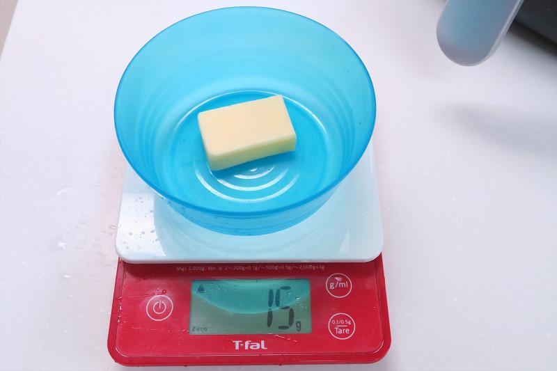 その間ポップコーンの半量のバターを用意し、電子レンジで溶かしておく