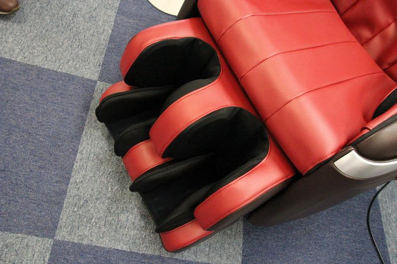 足裏にもヒータを備える。ふくらはぎと足の甲のエアーバッグと、足裏のバイブレーション付き突起でむくみの解消にも