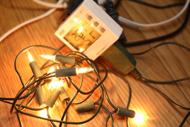 ツリーに付属していた豆電球。サーモスタットで点滅する。ワットモニターで計測したところ消費電力は平均5Wほどだった