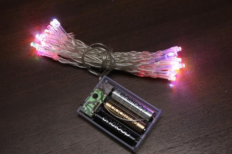 電源は単3電池3本。電池ボックスのスイッチで、点灯、点滅、オフを切り替えられる。エネループも使用できた