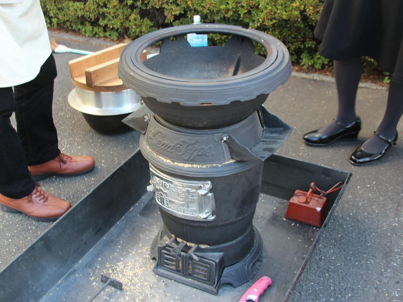 川崎のCS評価センターの中庭で、「ぬか釜」によるかまど炊きの実演も行なわれた