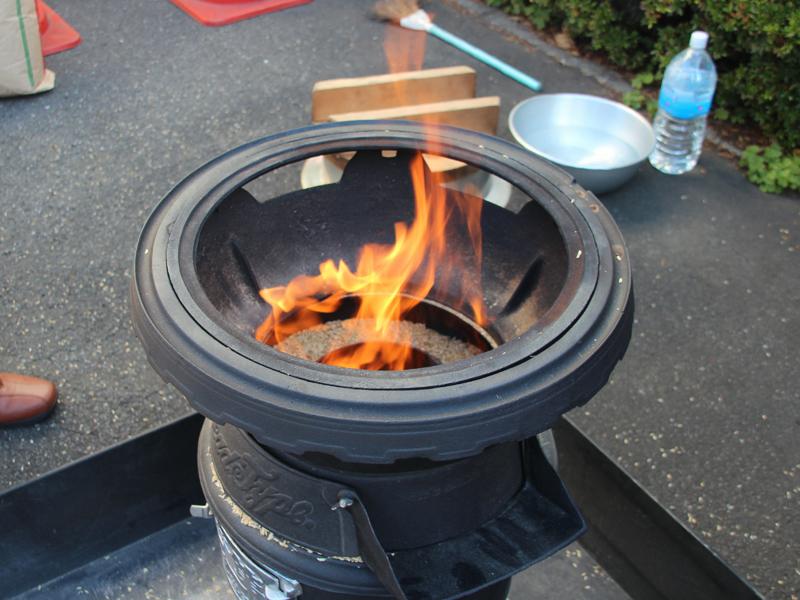 もみ殻に着火すると一気に炎があがった