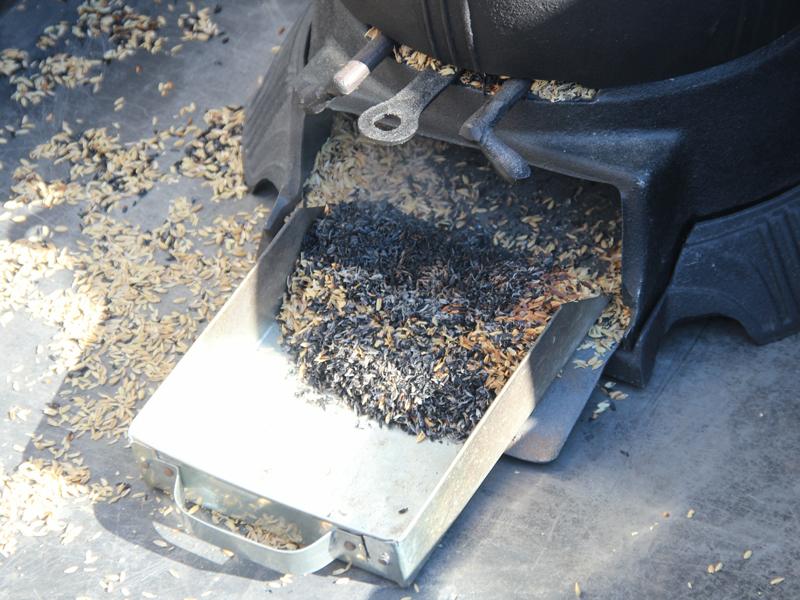 炊きあがった後の、黒く焦げたもみ殻は肥料になる