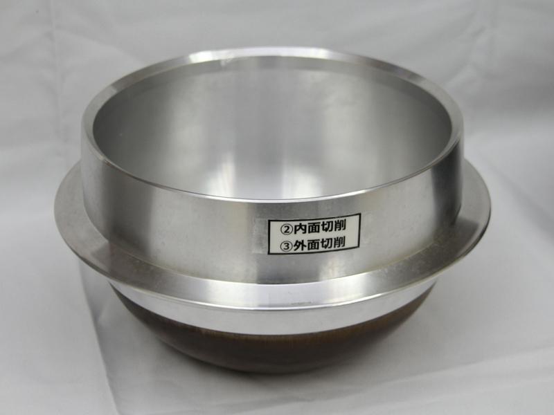 カムロック式溶湯鍛造製法で成型された釜は、内面と外面を切削する
