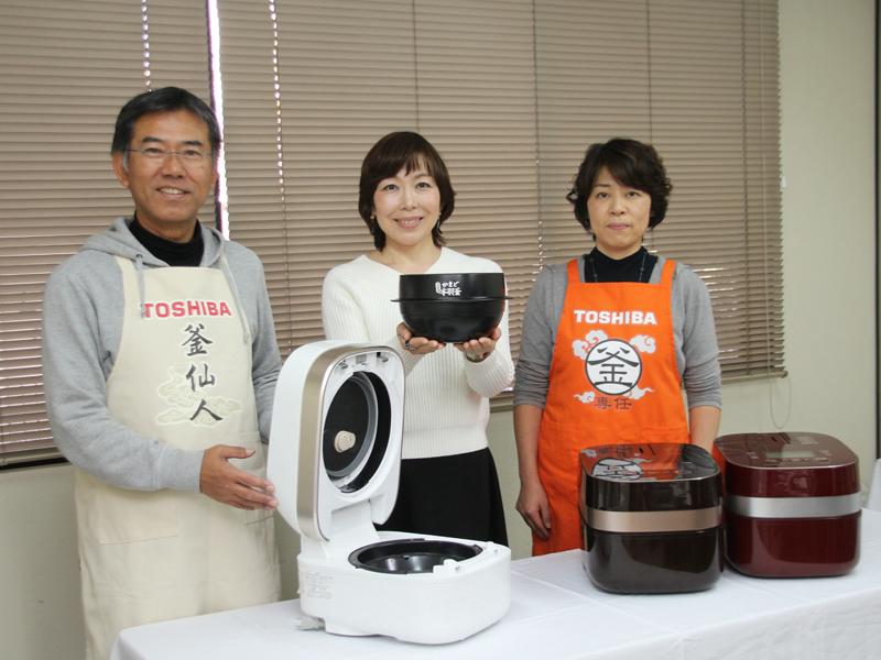 取材後に調理機器グループ参事の川元順子氏も交えて3人で記念撮影。それぞれのエプロンに描かれたネーミングにも注目!