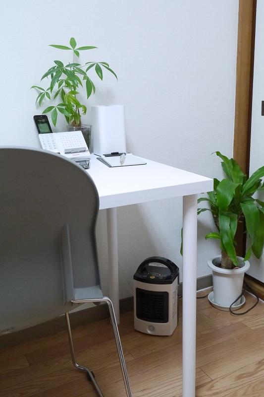 テーブルの下に置いてみたら、足元が集中的に温まった。壁よりに置けるところもいい